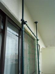 ベランダに設置したネット・天井側。